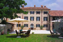 i tavoli nella corte del bed and breakfast