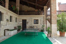 un tavolo da ping pong nel cortile del bed and breakfast